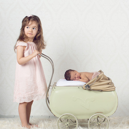 Skjønn liten pike på nyfødtfotografering.