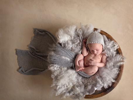 Nyfødtfotografering av en nydelig gutt.