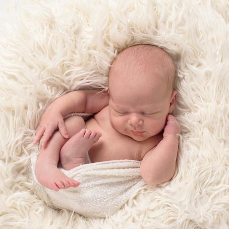 2 skjønne gutter på nyfødtfotografering