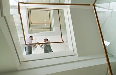 Les hommes d'affaires sur Escalier