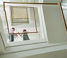 Empresários na escadaria
