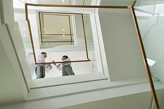 Los hombres de negocios en la escalera