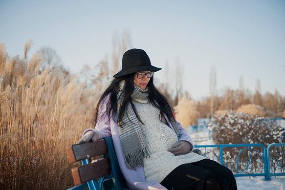 Sesja ciążowa, sesja brzuszkowa, sesja rodzinna lifestyle Warszawa, sesja naturalna, sesja plenerowa lub domowa, sesja emocjonalna,ciąża, rodzina, emocje, fotograf rodzinny Warszawa, mama, brzuszek