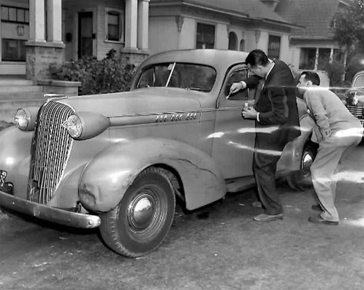 Следователи осматривают автомобиль