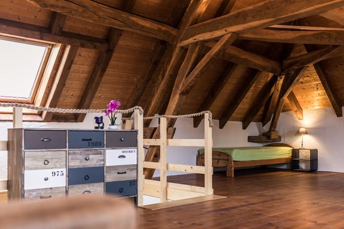 Zimmer 1 – Treppenaufgang und Einzelbett