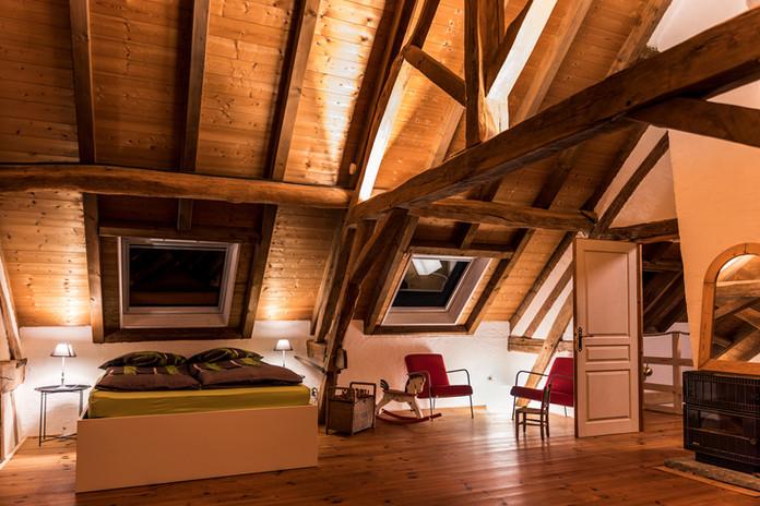 Zimmer 2 – Doppelbett und Sitzecke