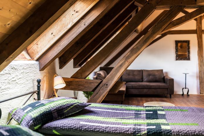 Zimmer 1 – Doppelbett und Sofaecke