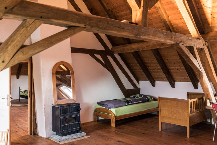 Zimmer 2 – Einzel- und Kinderbett mit Blick ins Zimmer 1
