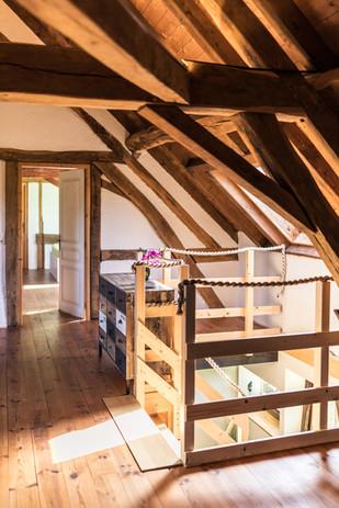Zimmer 1 – Treppenaufgang und Blick ins Zimmer 2