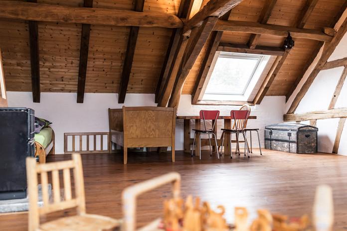 Zimmer 2 – Einzel-, Kinderbett und Tisch