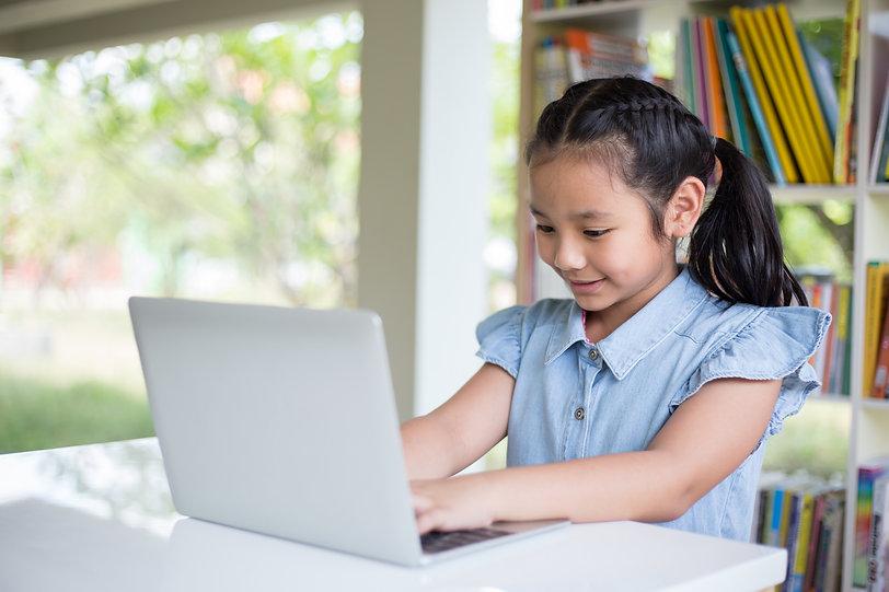 Petite fille à l'ordinateur