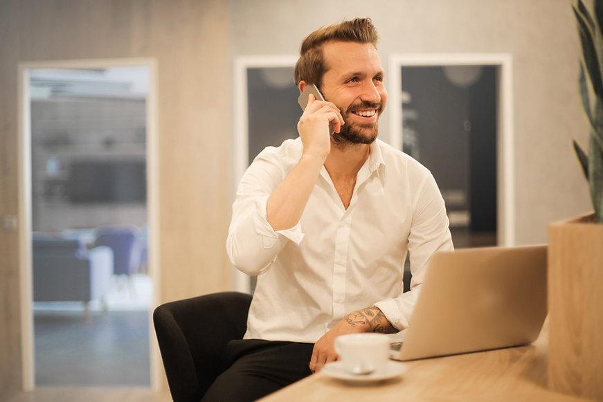 Homme souriant parlant au téléphone