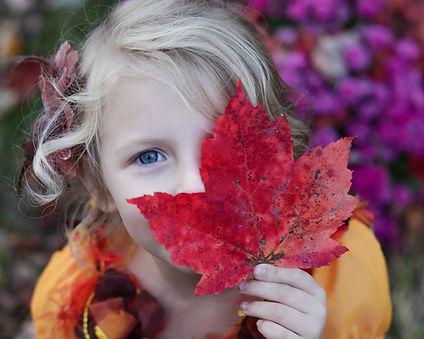 Meisje met de herfstblad