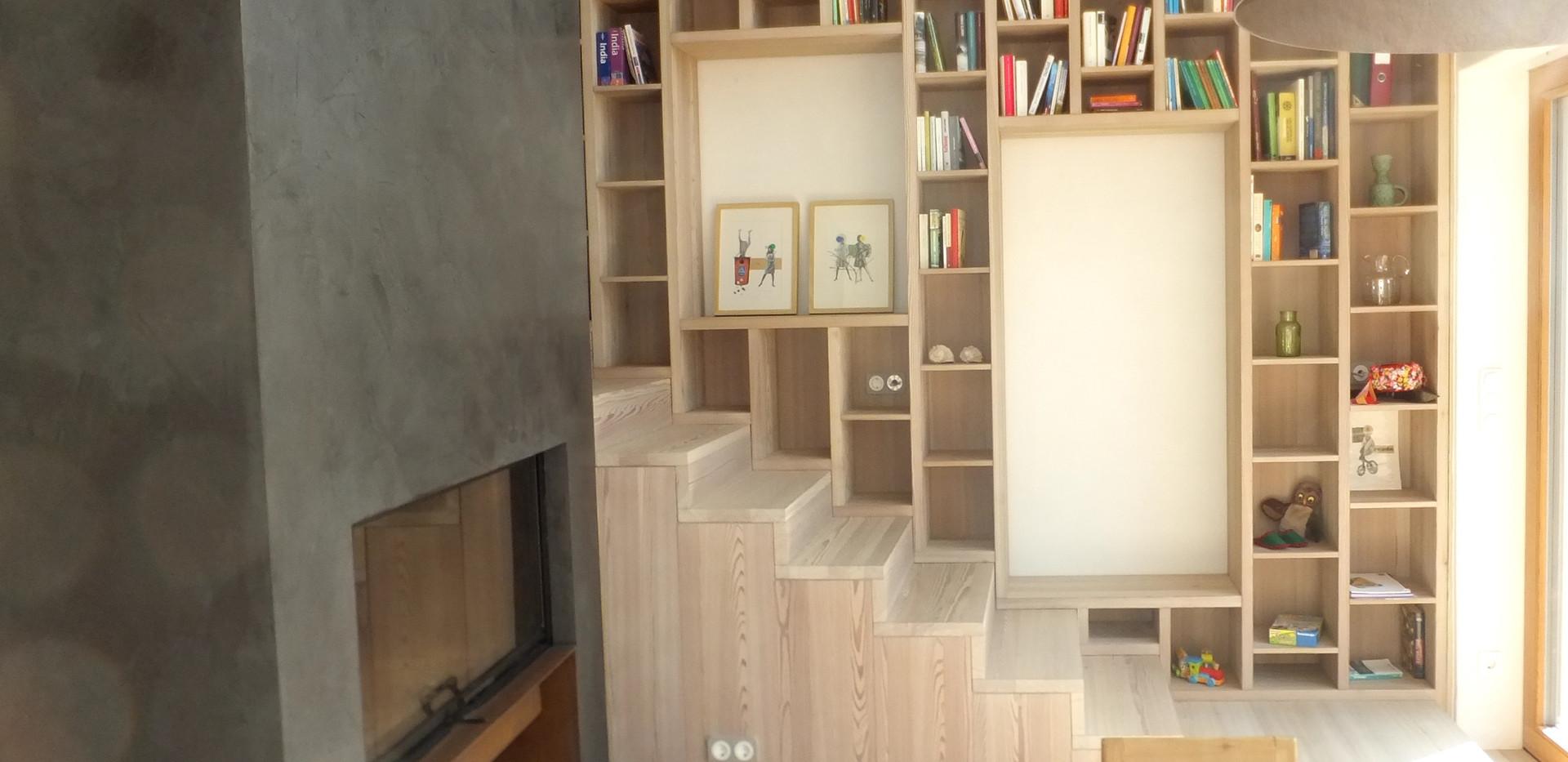 Bücherregal über der Stiege und Kamin ?