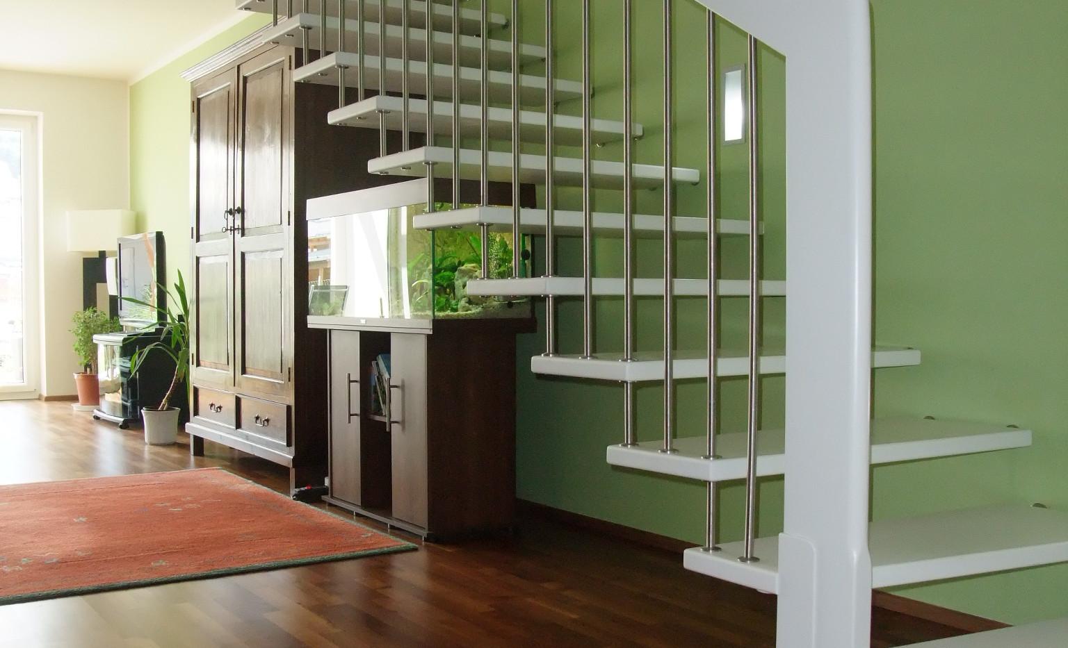 Weiße Treppe - grüne Wand?