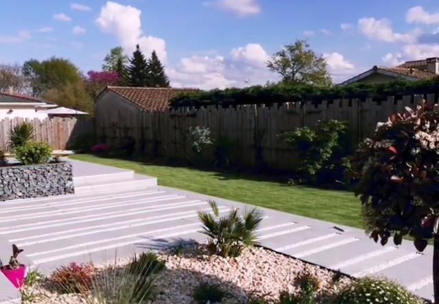 Création d'un jardin avec la pose d'un gazon synthetique haut de gamme et massifs