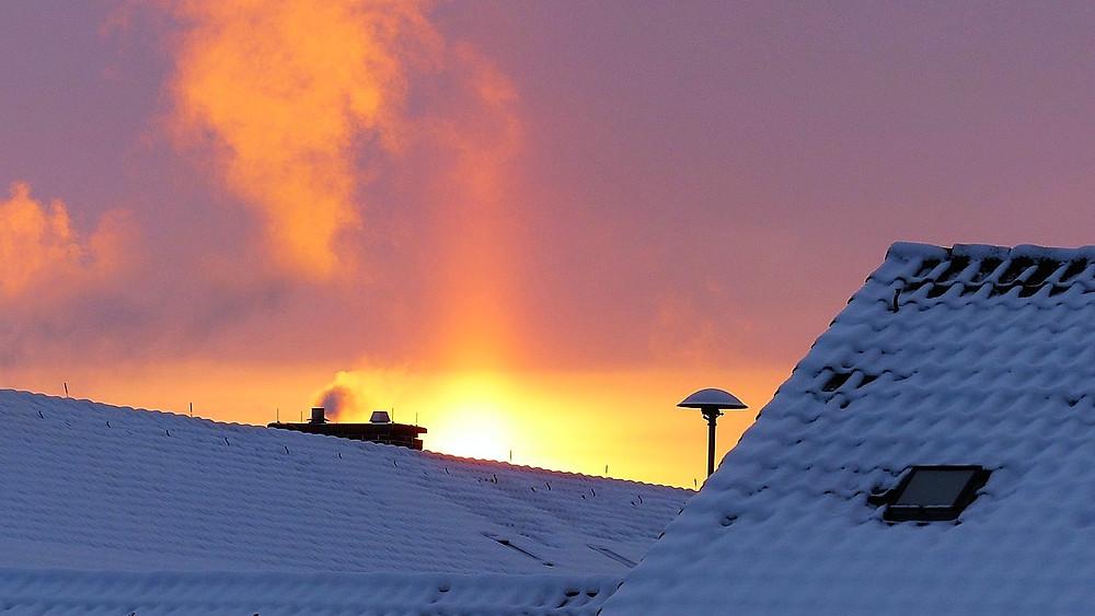 Ny forskning skal vise, om kold plasma kan reducere partikelforureningen fra brændeovne. Foto: Pixabay