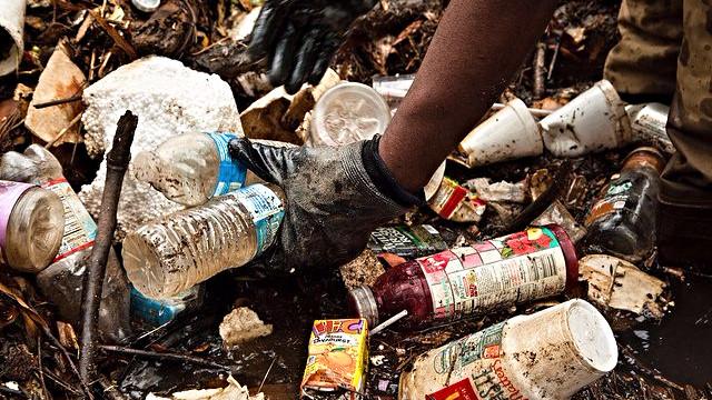 Plastaffald er et globalt problem, men en ny bakterie kan måske hjælpe med oprydningen. Her er det affald i Kenilworth Park, Washington. Foto: Chesapeake Bay Program/flickr
