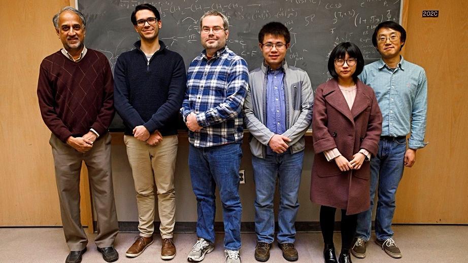 Liang-shi Li (yderst t.h.) og hans forskerhold har opfundet en energieffektiv metode til at omdanne CO2 til CO. Foto: pr