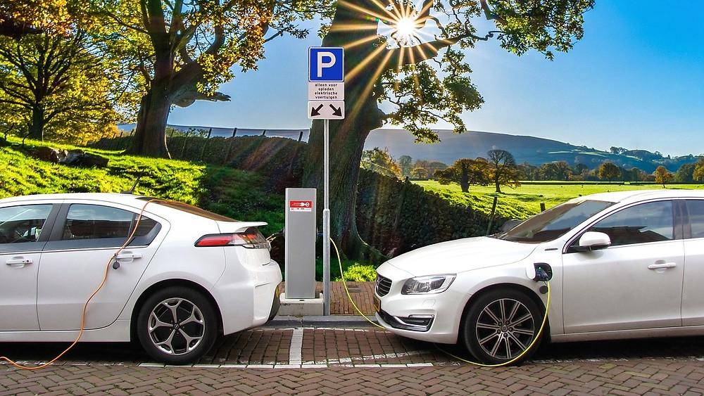 El- og brintbiler bør udgøre fremtidens biltrafik, mener Alternativet, der vil udfase fossilbiler. Foto: Pixabay