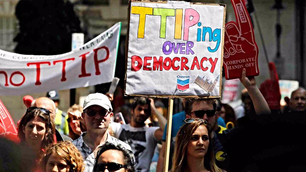 Der er modstand mod en handelsaftale mellem USA og EU (på engelsk forkortet til TTIP), idet folk frygter, at EU vil sænke sine standarder for at imødekomme USA's. Foto: Global Justice Now