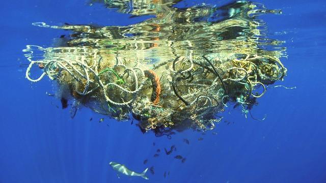Affaldet i havet samler sig flere steder som store klumper og affaldsøer. Foto: Steven Guerrisi/flickr