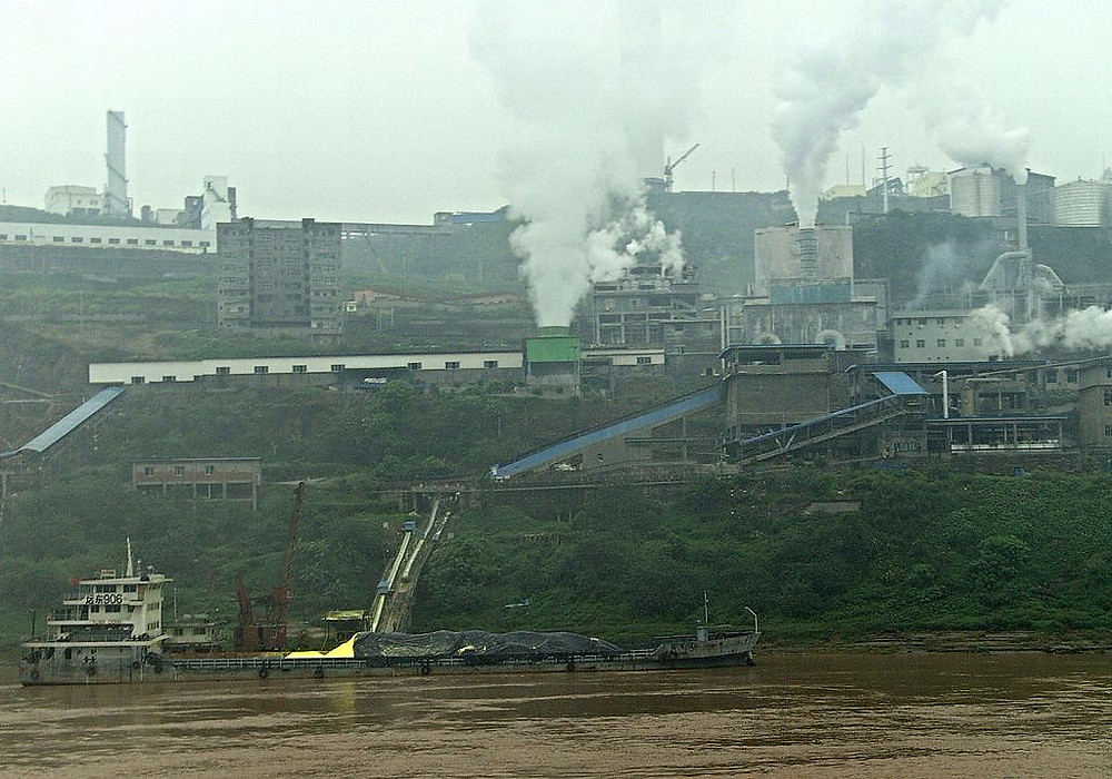 1024px-Factory_in_China_at_Yangtze_River_edited.JPG