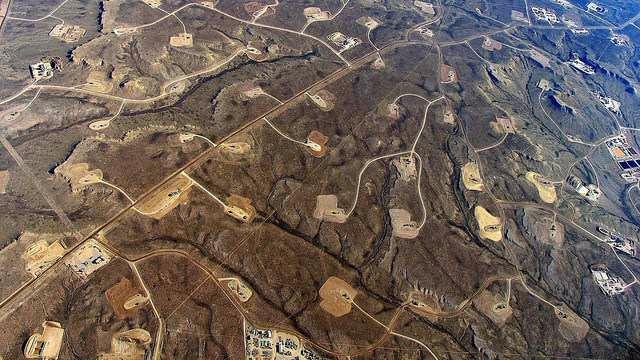 Et billede fra Wyoming, USA, viser, hvordan omfattende skifergasboringer kan påvirke landskabet. Foto: Bruce Gordon/EcoFlight