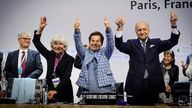 Christiana Figueres, generalsekretær for FN's klimaorgan UNFCCC (midt), fejrer, at en klimaaftale er i hus. Men den har klare mangler, lyder kritikken. Foto: public domain/flickr