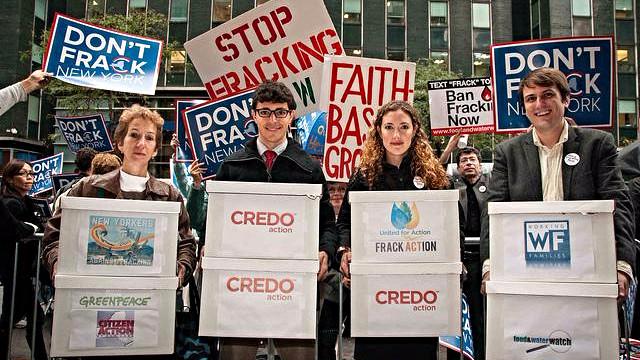 Sidste år kunne miljøorganisationer aflevere 160.000 underskrifter mod fracking til New Yorks guvernør. Foto: Adam Welz/CREDO Action/flickr