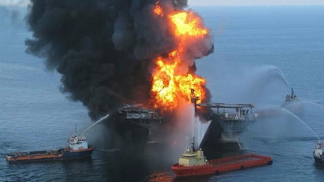 En boreplatform i brand er et eksempel på, hvilke miljøkonsekvenser menneskets adfærd har på planeten. Foto: Pixabay