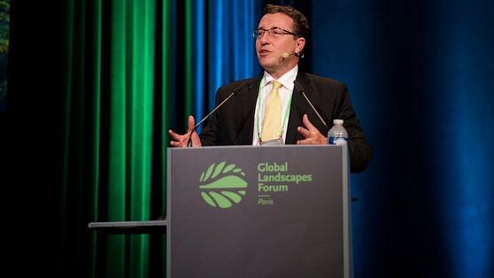 Achim Steiner, leder af Unep, her ved en konference i december, advarer verdensnationerne mod at fortsætte den ubæredygtige udvikling. Foto: Pilar Valbuena for CIFOR.