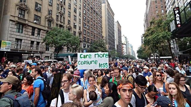 Flere steder rundt om i verden har der været demonstrationer for at tilskynde politikerne til at handle mod klimaforandringerne. Her er det en klimamarch i New York sidste år. Foto: Taymaz Valley/flickr