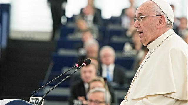Pave Frans, der her ses ifm. en tale i EU-Parlamentet sidste år, har netop udsendt et dekret, der understreger alvoren i klimaforandringerne. Foto: European Union 2014 - European Parliament