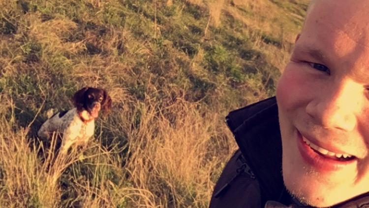 Mathias Thorsø og hans hund Freja tilbyder landmænd at gennemgå deres marker for rålam. Foto: Mathias Thorsø