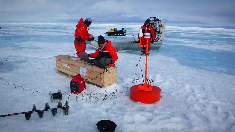 Luftbobler i iskerner gemmer på vigtige data om fortidens klima. Ved at inddrage dem har klimaforskere fundet ud af, at klimaet er mere følsomt over for CO2, end man hidtil har vurderet. Billedet her viser en ekspedition til Arktis uden relation til det nye studie. Foto: Tatiana Pichugina/flickr