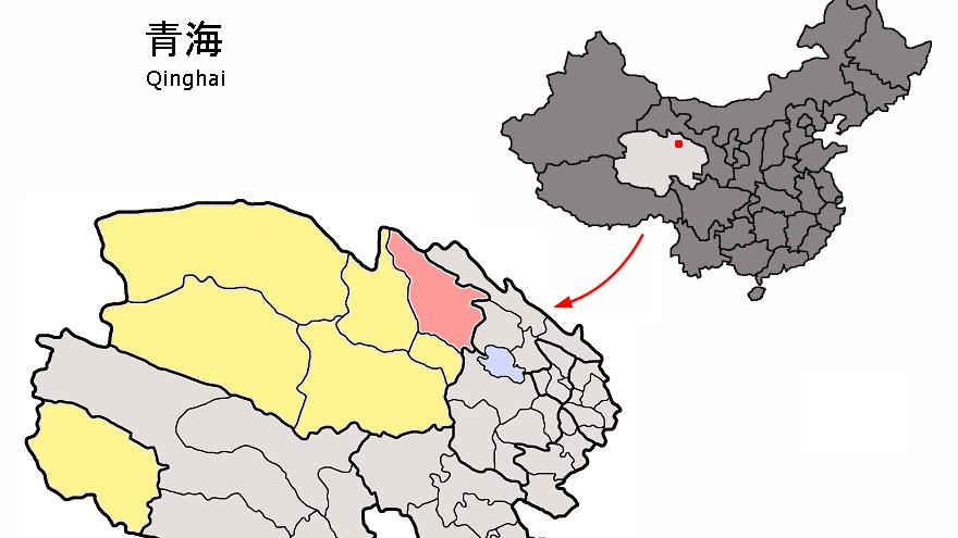 Byen Tianjun er markeret med rødt. Øverst til højre er et kort over Kina, og den lysegrå markering er regionen Qinghai, hvor byen Tianjun ligger i den nordlige del.