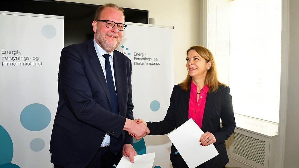 Energi- og klimaminister Lars Chr. Lilleholt (V) ses her med Gretchen Watkins, CEO Mærsk Olie og Gas A/S, efter at regeringen med støtte fra et flertal i Folketinget indgik en aftale om fremtidig udvikling i Nordsøen. Foto: Hasse Ferold