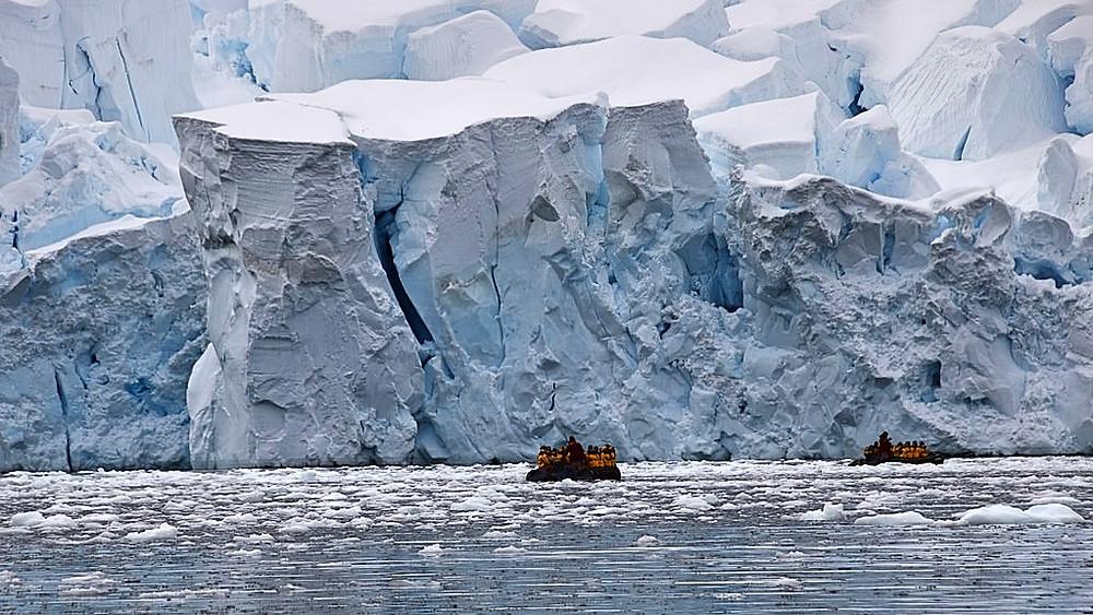 Den smeltende ismasse tilfører havet mere vand, hvilket presser havbunden nedad. Foto: Jasmine Nears/flickr