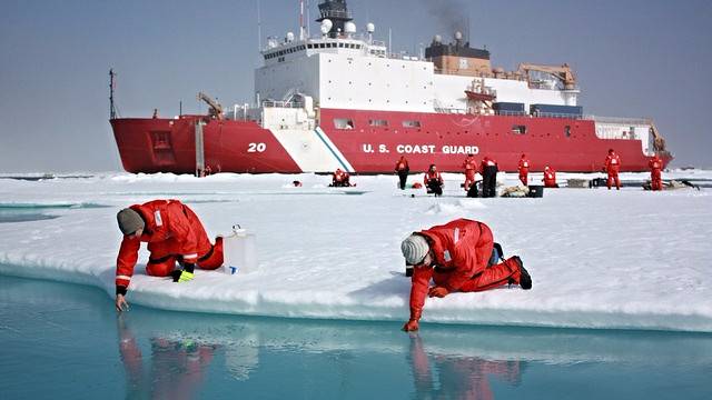 I forbindelse med et Nasa-studie har forskere taget vandprøver af smeltevand for at se, hvordan Arktis' smeltning påvirker havets økosystem. Ifølge et nyt studie vil smeltningen af Arktis' permafrost koste adskillige trillioner dollars for verdenssamfundet. Foto: NASA/Kathryn Hansen