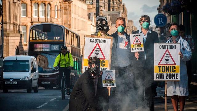 Aktivister fra Friends of the Earth Scotland protesterer mod Skotlands dårlige luftkvalitet. For 50 år siden advarede forskere den amerikanske præsident om menneskets øgede forurening. Foto: Maverick Photo Agency/flickr