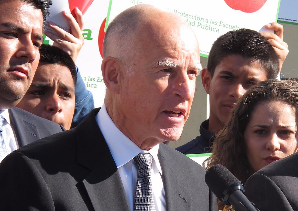 Californiens guvernør, Jerry Brown, siger til skeptikere, at klimaforandringerne finder sted lige nu. Fotoet er fra en anden tale, som han afholdt i marts.