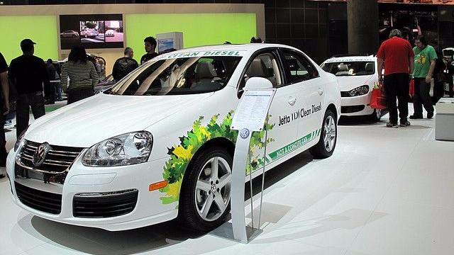 """Det er en Jetta som denne, VW har markedsført som en """"ren diesel""""-bil. Nu viser det sig, at VW har snydt med tallene over udledningen af forureningspartikler. Foto: Dailymatador/flickr"""