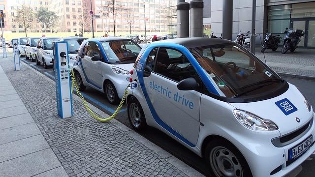 Alle personbiler solgt efter 2035 skal være elbiler, hvis målsætningen om 1,5 graders opvarmning skal nåes, vurderes Climate Action Tracker. Foto: Pixabay