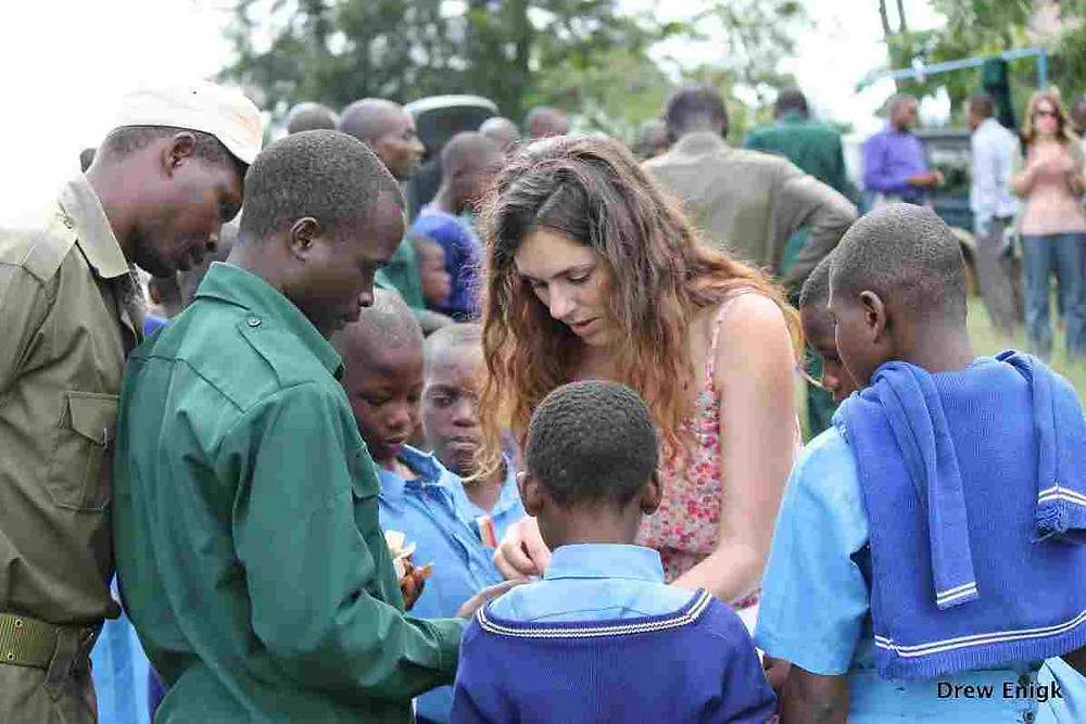 Jessica Hartel ses her i forbindelse med undervisningen af de lokale børn. Foto: Drew Enigk