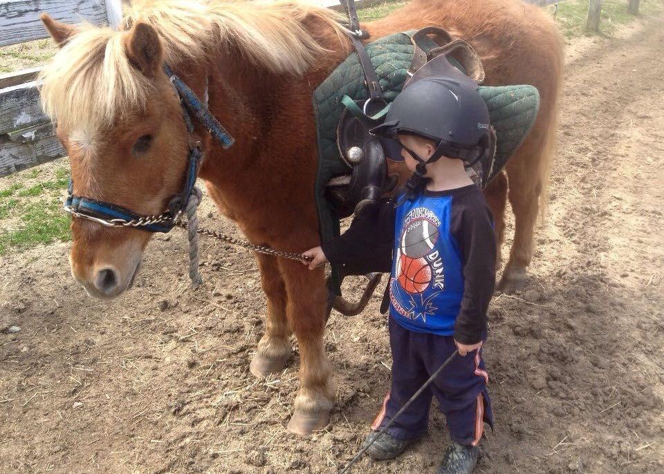 Cole ses her med sin pony Cowboy. Foto: Don't Forget Us Pet Us