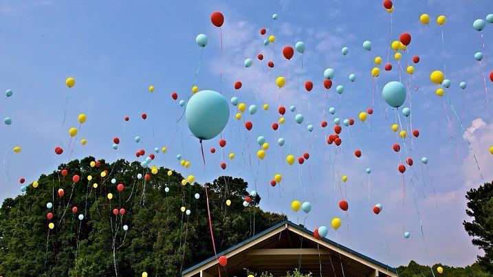 Det er en velkendt tradition at sende balloner op i luften for at fejre noget - men det er rigtig skidt for dyrene og miljøet. Foto: Greg Williams/flickr