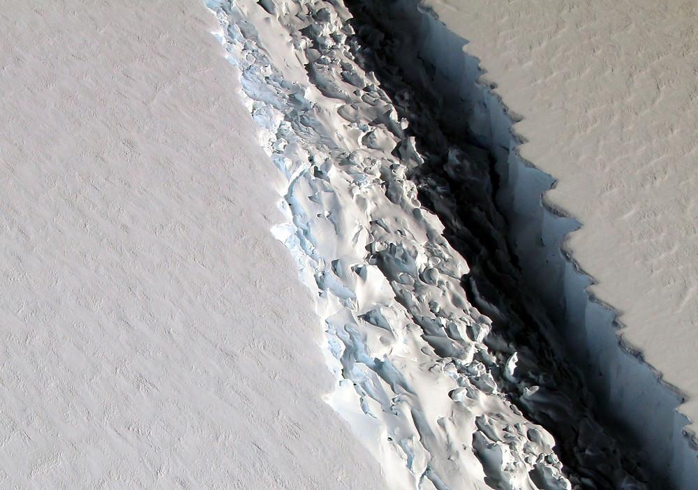 Sprækken på Larsen C er over 112 km lang. Her billeder fra november. Foto: John Sonntag/Nasa