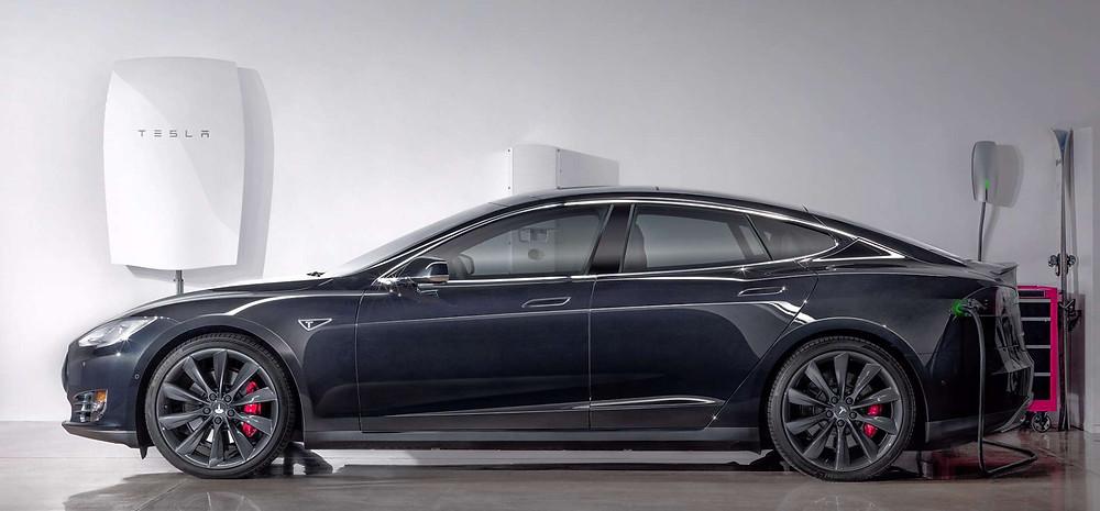 Powerwall-modellen til private vil være 1,3 meter høj og 68 cm bred og kan eksempelvis hænges op ad en væg. Foto: Tesla/PR