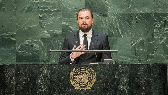 Leonardo DiCaprio, der udover at være skuespiller også er klimaambassadør for FN, holdt fredag aften en tale under COP21, hvor han opfordrede verdenslederne til at tilslutte sig 100 pct. vedvarende energi. På billedet ses han i forbindelse med en tale i FN-regi i 2014. Foto: United Nations Photo/flickr
